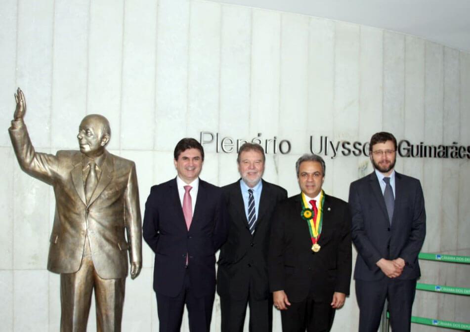 Os conselheiros do TCE-RO, José Euler e Paulo Curi, e o procurador Adilson Moreira com o homenageado, o conselheiro presidente Edilson de Sousa